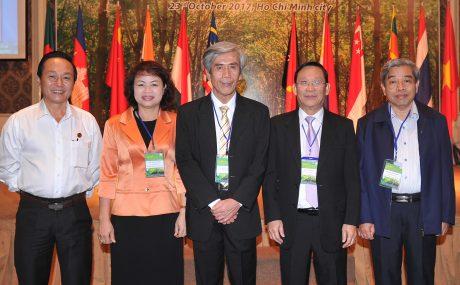 Ông Võ Hoàng An (thứ hai từ phải qua) cùng Tổng Thư ký ANRPC – Tiến sỹ Nguyễn Ngọc Bích (giữa) và các đại biểu tại Hội nghị Cao su thường niên lần 10 năm 2017