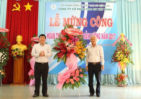 Công đoàn Cao su VN tặng lẵng hoa chúc mừng tập thể CNVC-LĐ Công ty Cao su Tây Ninh