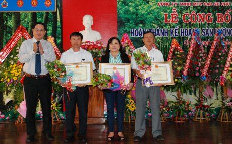Phó TGĐ VRG Trương Minh Trung trao thưởng cho GĐ NT Ia Ko Nguyễn Xuân Hồng (thứ 2 từ trái sang) tại Lễ công bố hoàn thành kế hoạch sản lượng năm 2017 của CTCS Chư Sê.