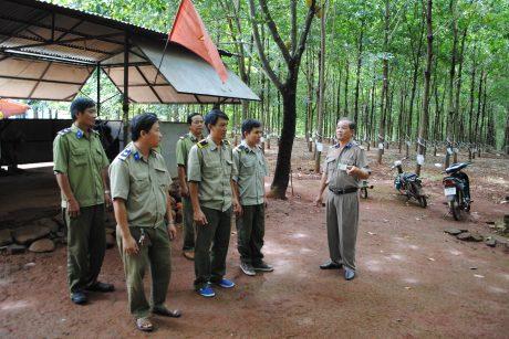 Anh Bùi Văn Mong (đầu tiên bên phải) trong một buổi triển khai nhiệm vụ tại chốt bảo vệ