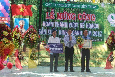 Ông Hứa Ngọc Hiệp - Phó TGĐ VRG trao thưởng hoàn thành kế hoạch cho công ty.