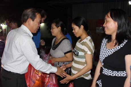 Lãnh đạo Công đoàn CSVN trao quà Tết cho người lao động. Ảnh: Phan Thắng.