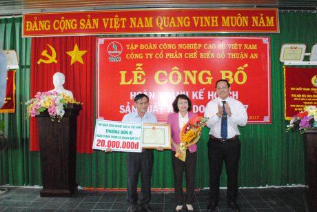 Ông Trương Minh Trung - Phó TGĐ VRG trao tặng phần thưởng cho Công ty
