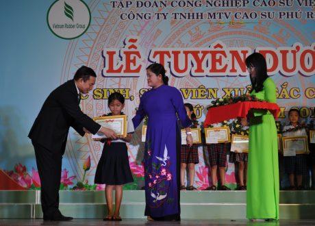 Bà Trần Tuệ Hiền – Phó Bí thư thường trực tỉnh ủy, Chủ tịch HĐND tỉnh Bình Phước và ông Lê Thanh Tú – TGĐ Cao su Phú Riềng trao thưởng học sinh tại Lễ tuyên dương HS-SV xuất sắc cấp công ty năm 2017.