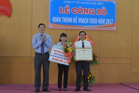 Ông Hà Văn Khương, TV HĐTV VRG tặng bằng khen và tiền thưởng cho công ty