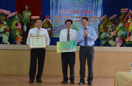 Với thành tích về trước KH 25 ngày, công ty vinh dự được nhận bằng khen của VRG cùng tiền thưởng 75 triệu đồng tại buổi lễ