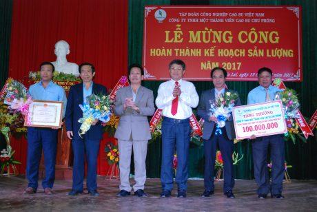 P. TGĐ VRG Trần Công Kha tặng bằng khen và tiền thưởng 100 triệu đồng cho công ty