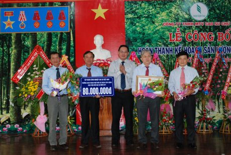 P. TGĐ VRG Trương Minh Trung trao tiền thưởng và bằng khen cho lãnh đạo Công ty Chư Sê