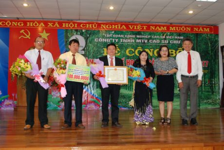 Lãnh đạo công ty đón nhận bằng khen và tiền thưởng 100 triệu đồng từ lãnh đạo VRG
