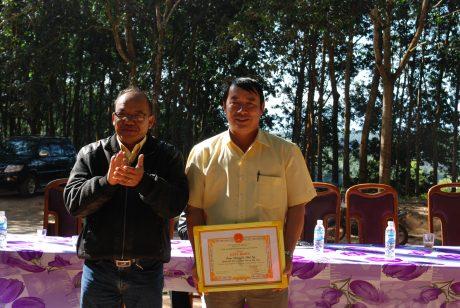 P. TGĐ Siu Hoa tặng giấy khen cho Nông trường Hà Tây