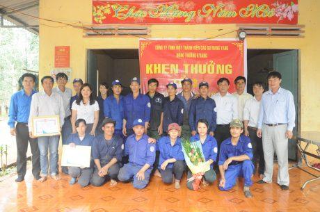 Lãnh đạo công ty và các tổ chức đoàn thể chia vui và chúc mừng cán bộ, công nhân tổ khai thác 13. Ảnh: Nguyễn Đường