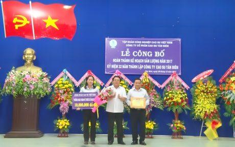 Công đoàn Cao su VN tặng bằng khen và tiền thưởng cho Công đoàn Công ty