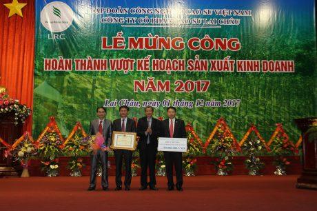 Ông Hứa Ngọc Hiệp - Phó TGĐ VRG trao thưởng cho công ty.
