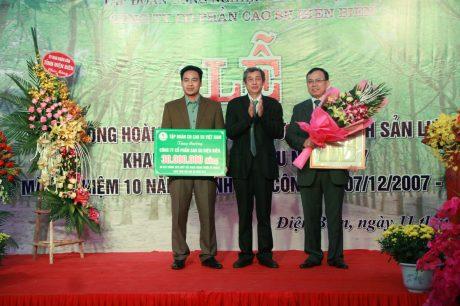 Ông Hứa Ngọc Hiệp - Phó TGĐ VRG trao thưởng cho Công ty