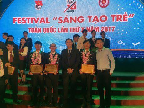 Ông Hà Văn Khương - TV HĐTV VRG chúc mừng các đại biểu được tuyên dương tại Festival