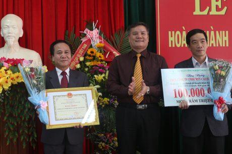 Ông Võ Sỹ Lực - Chủ tịch HĐTV VRG trao thưởng cho Công ty
