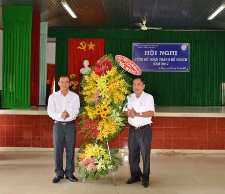 Ông Nguyễn Phúc Toàn - Phó TGĐ TCT tặng hoa chúc mừng Nông trường