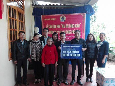 """Đại diện BCH Công đoàn công ty trao nhà """"Mái ấm công đoàn cho ĐVCĐ Trần Xuân Đức"""