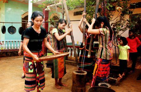 Người dân S'Tiêng ở Bom Bo giã gạo trong lễ hội ẩm thực truyền thống của dân tộc mình.