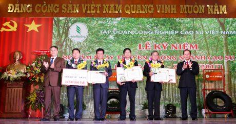 Thầy Hoàng Hải Hiền (thứ ba, từ phải sang) nhận giải thưởng Cao su Việt Nam tại Lễ kỷ niệm 88 năm ngày truyền thống ngành cao su VN 28/10 vừa qua. Ảnh: Tùng Châu