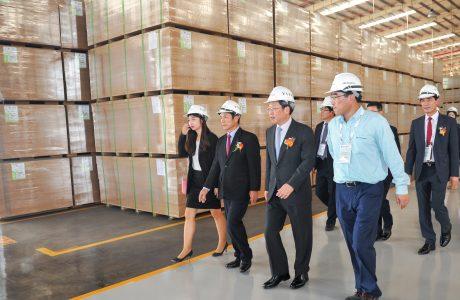 Đại biểu tham quan dây chuyền 2 Nhà máy MDF VRG Dongwha tại lễ khánh thành ngày 28/8/2017. Ảnh: Tùng Châu