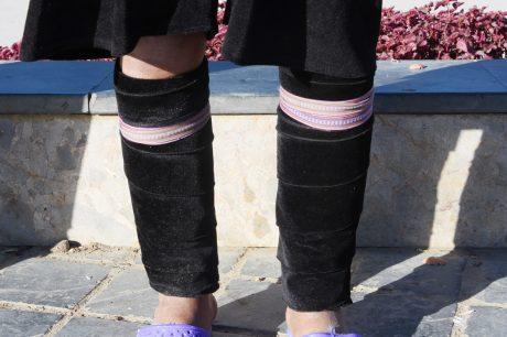 Xà cạp trên đôi chân phụ nữ Mông