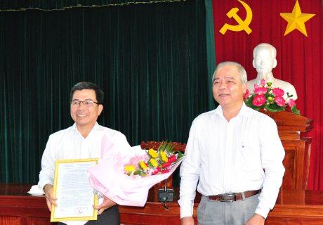 Ông Huỳnh Văn Biên - Phó ban Tổ chức cán bộ VRG trao quyết định bổ nhiệm Chủ tịch Hội đồng thành viên công ty cho ông Nguyễn Quốc Việt