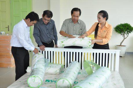 Khách hàng tìm hiểu sản phẩm nệm Đồng Phú