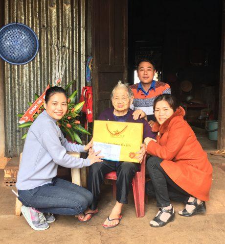Đại diện các tổ chức đoàn thể của công ty tặng quà cho mẹ Nguyễn Thị Xinh