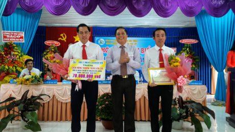 Ông Nguyễn Văn Minh - Phó Bí thư Đảng ủy, Phó Tổng Giám đốc Thường trực công ty trao thưởng cho Nông trường