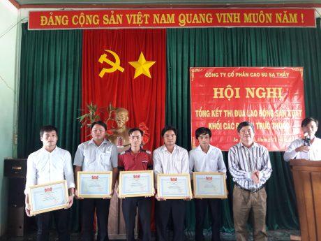Ông Hoàng Đình Nhiều _ PTGĐ Công ty (ngoài cùng bên phải) trao thưởng cho các tập thể