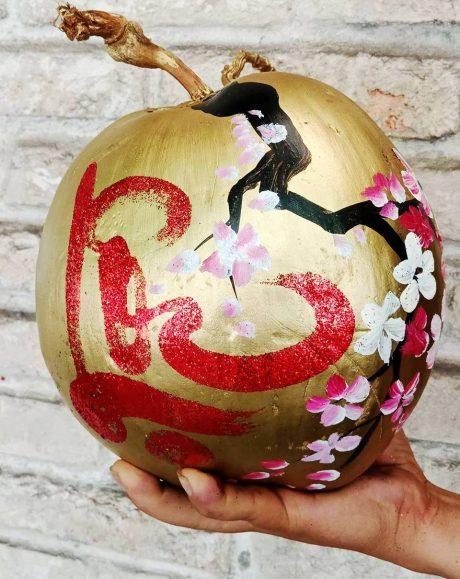 Sản phẩm được vẽ tay tỉ mỉ hình ảnh hoa đào, hoa mai, chữ Phúc, Lộc, Thọ...lên từng trái