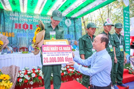 Ông Phan Tấn Hải - Phó chủ tịch thường trực Công đoàn CSVN trao giải nhất cá nhân tại Hội thi