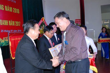 Ông Võ Sỹ Lực - Chủ tịch HĐTV VRG trao bằng khen cho ông Lê Khả Liễm - TGĐ Công ty Kon Tum
