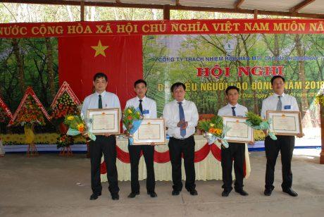 Chủ tịch HĐTV Lê Đình Bửu trao bằng khen của VRG cho tập thể và cá nhân có thành tích xuất sắc trong năm qua