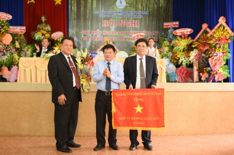 Ông Huỳnh Văn Bảo, Phó TGĐ VRG tặng cờ thi đua xuất sắc của VRG cho công ty