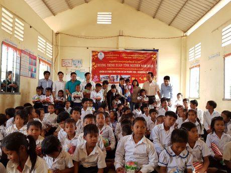 Lãnh đạo các Đoàn thể Công ty CPCS Phước Hoà tặng quà cho các cháu thiếu nhi tại vùng dự án.