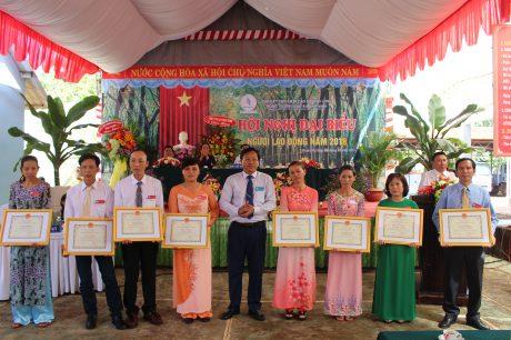 Ông Lê Văn Vui, Tỉnh ủy viên, Bí thư Đảng ủy, Tổng Giám đốc Công ty trao bằng khen của VRG cho các tập thể, cá nhân