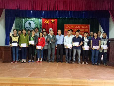 Lãnh đạo Công đoàn Cao su VN và công ty trao quà cho người lao động.