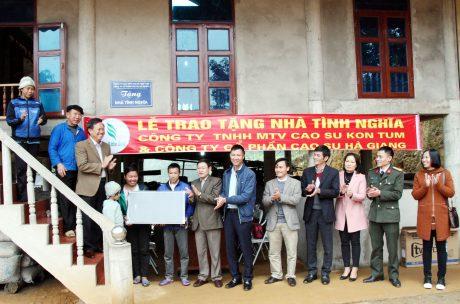 Lãnh đạo Công ty TNHH MTV Cao su Kon Tum và Công ty CPCS Hà Giang trao nhà cho công nhân.