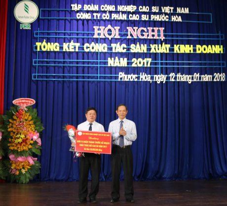 TGĐ VRG Trần Ngọc Thuận (bên phải) trao thưởng cho công ty vì đã có thành tích xuất sắc trong hoạt động sản xuất kinh doanh năm 2017