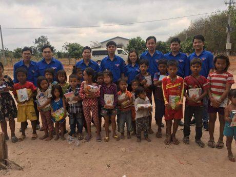 Đoàn TN Công ty Cao su Bà Rịa tặng quà cho con em công nhân lao động Công ty Bà Rịa-KampongThom