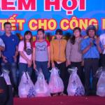 KCN Nam Tân Uyên trao 230 phần quà cho công nhân xa quê