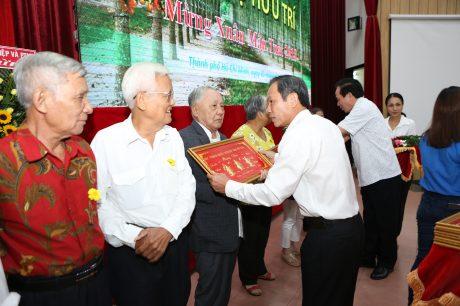 TGĐ VRG Trần Ngọc Thuận tặng quà mừng thọ cho các cán bộ hưu trí