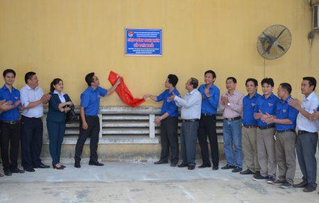 Gắn biển công trình thanh niên cấp Đoàn khối DNTW tại Công ty CP Chế biến Gỗ Thuận An. Ảnh: Đào Phong