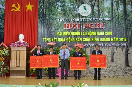 Ông Nguyễn Đức Tín - TGĐ công ty đón nhận Cờ thi đua xuất sắc Công ty và đại diện 03 tập thể NT II, NT III, XNCKCB Lộc Hiệp nhận Cờ Thi đua xuất sắc cấp cơ sở của Tập đoàn.