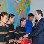Chủ tịch nước Trần Đại Quang thăm và tặng quà cho 200 công nhân cao su