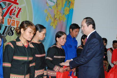 Chủ tịch nước Trần Đại Quang tặng quà cho công nhân cao su của 4 công ty cao su trên địa bàn Gia Lai