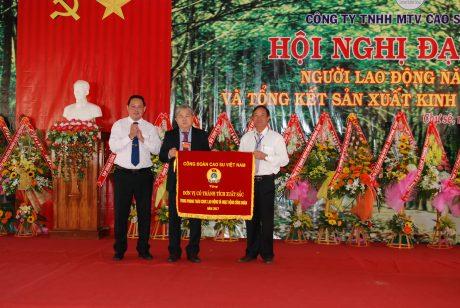 Lãnh đạo công ty đón nhận cờ thi đua xuất sắc của CĐ CSVN