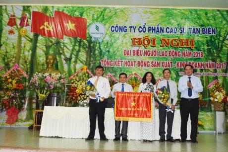 Đại diện lãnh đạo VRG trao cờ thi đua xuất sắc cho lãnh đạo công ty
